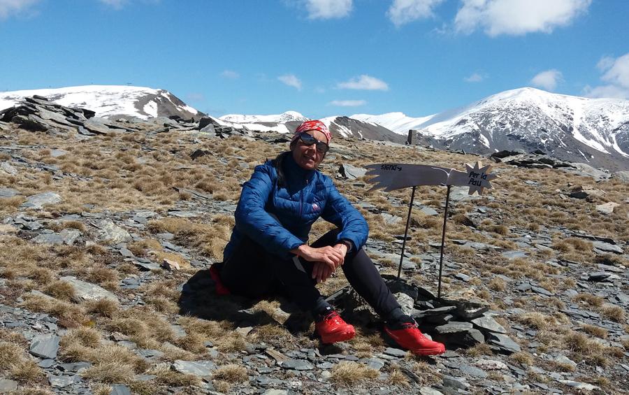 Nuría Burgada en el Pico de Dòrria con el Puigmal al fondo
