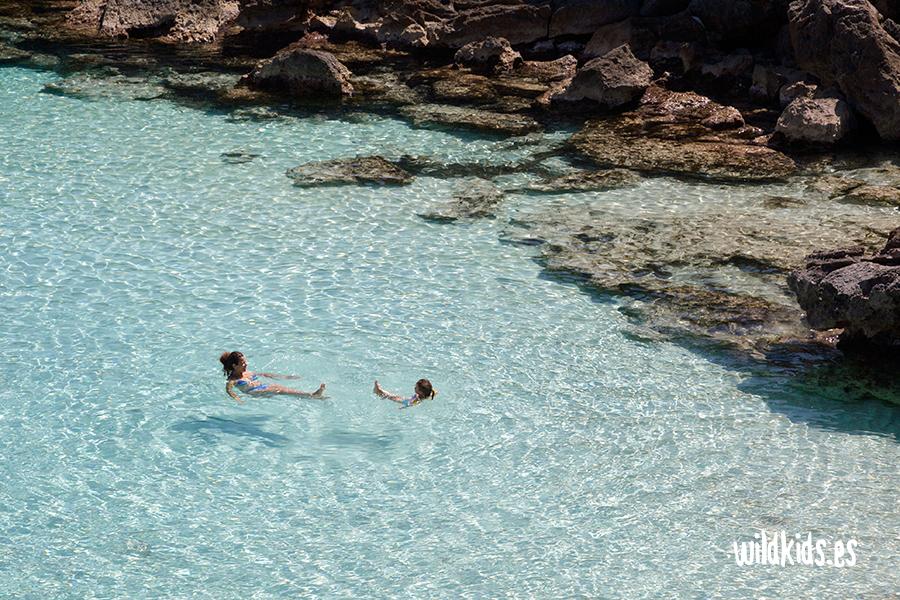 Nadando en las cristalinas aguas de una de las mejores playas de Menorca