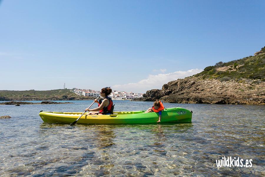 Kayak en la Playa des Grau, Menorca con niños