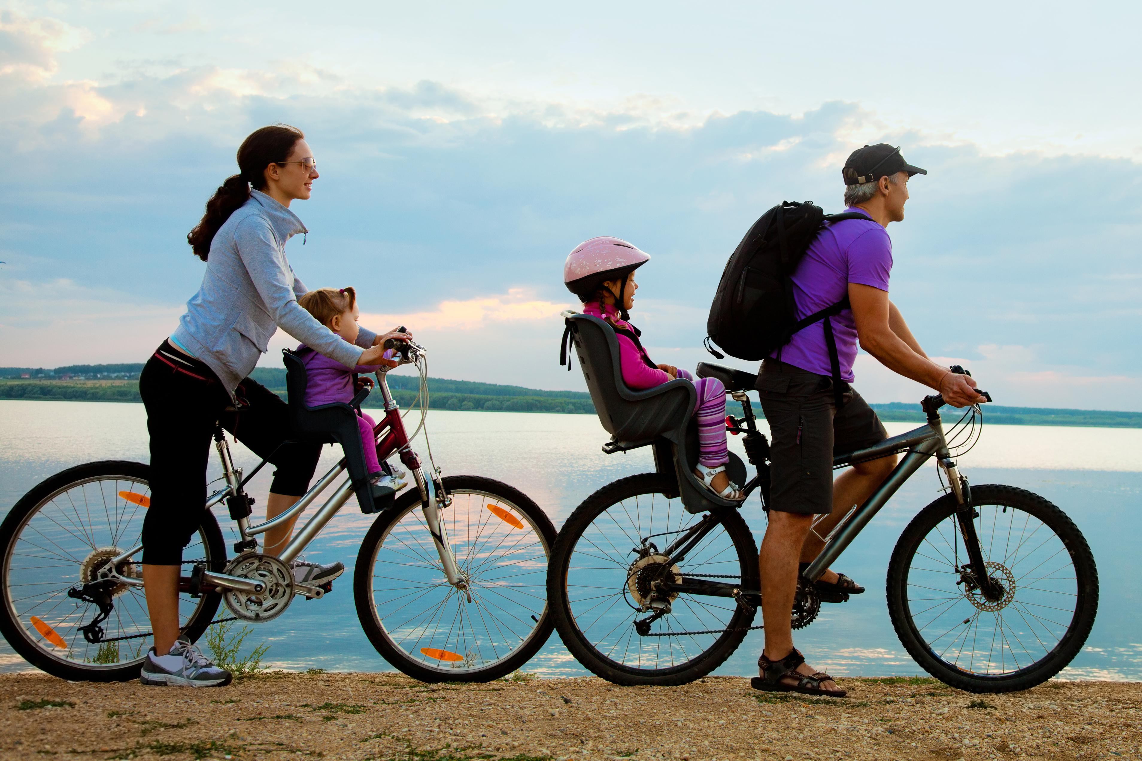bicicleta de montaña con silla para niño foto