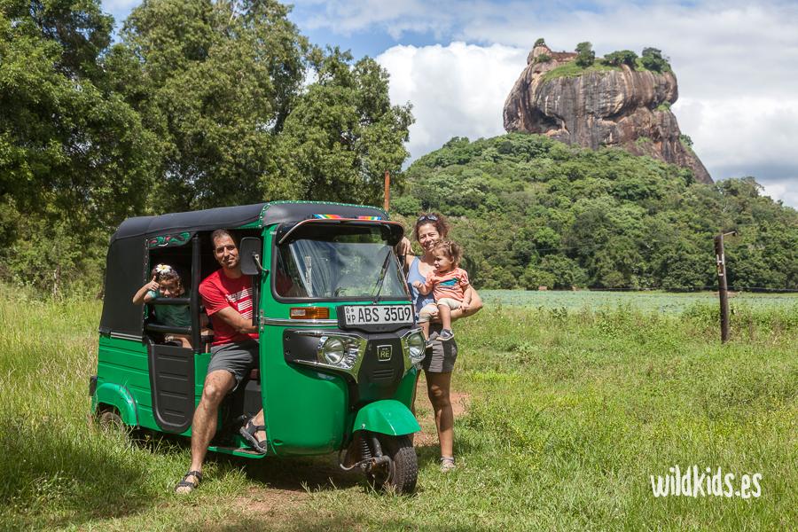 Sri Lanka con niños en tuk tuk