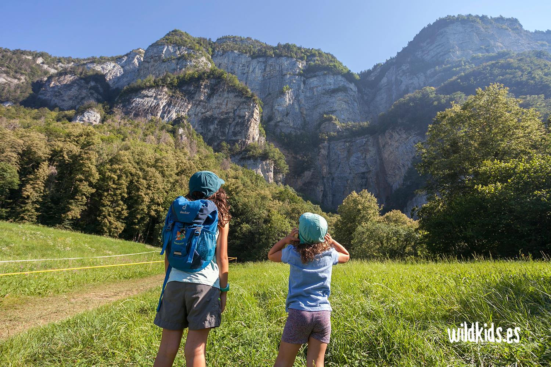 Mirando la cascada de Seerenbach