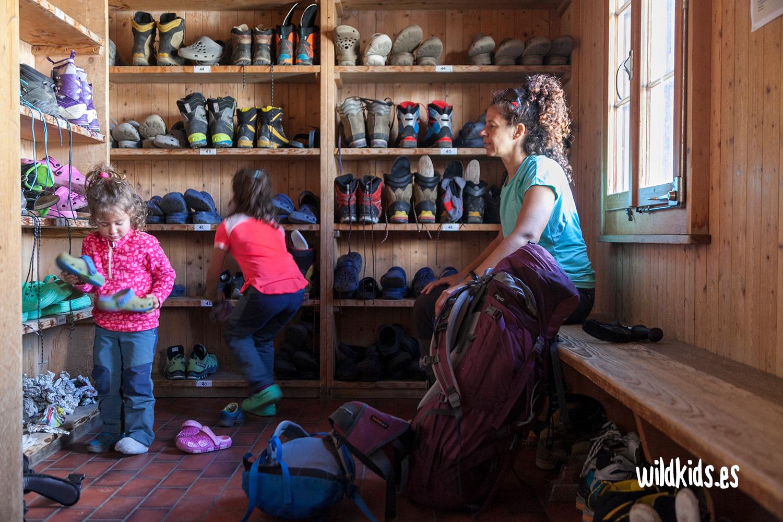 Interior del refugio Boval con zapatillas para niños